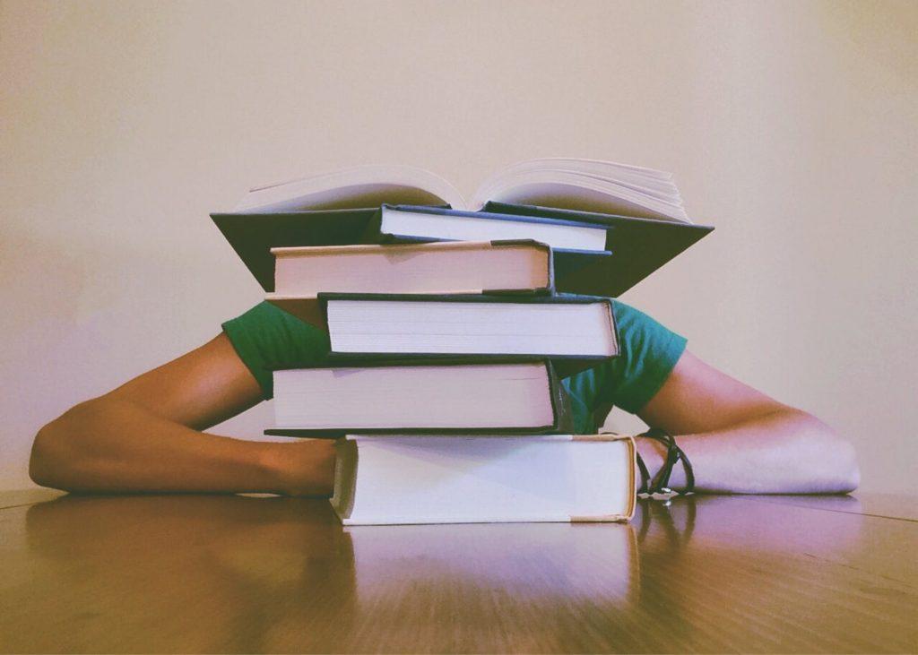 studente stressato con la pancia gonfia